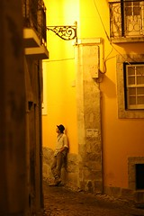 Tra l'ombra e l'anima (Helene Kertsz) Tags: street portugal strada lisboa giallo musica vicolo malinconia luce alfama cappello oro lisbona portogallo melod