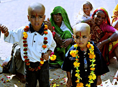 temple festival (Linda DV) Tags: 2003 street travel portrait people india cute face barn children geotagged kid asia child candid young kind criana enfant nio canoscan dziecko bambino  madhyapradesh orchha   travelphotography lapsi copil dijete  northernindia dt  travelportrait   lindadevolder  photonegativescans