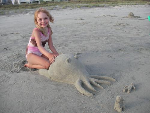 niña playa Cthulhu de arena