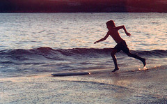 Ready to slide (Rodrigo Neves) Tags: boy sunset brazil beach brasil fun kid fuji child wave slide shore pro zenit value 135mm icarai skinboard isco 12xp berolina gottingen westromat
