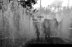 Hayward Gallery (pedale.forchetta) Tags: london fountain children blackwhite 2035mmf28d d700