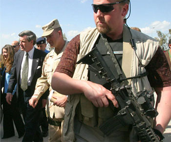 Paul Bremer escoltado por guardaespaldas de Blackwater