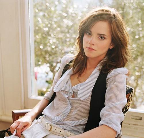 Emma Watson blusa desabotonada
