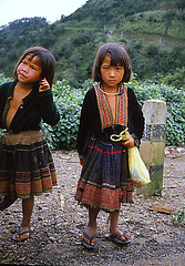 Blue Hmong (Miao) (Linda DV) Tags: people barn children geotagged thailand kid asia southeastasia child culture tribal scan clothes kind criana tribe miao ethnic minority enfant nio hmong tribo stam indochine hilltribe indochina slidescan ethnology dziecko tribu bambino stamm meo   ethnicminority  lapsi  copil dijete trib  dt trib  heimo minoritethnique  stamme  bluehmong pokolenia minorit bluemeo ethnischeminderheid  minderheid  lindadevolder  plemena pokolen
