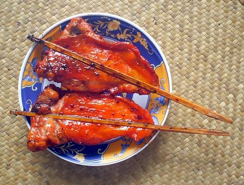 מרכז תאילנד: חזה עוף במרינדת סוכר. העצמות באמצע שבורות