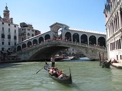 Gondeleri vor Rialto Brücke