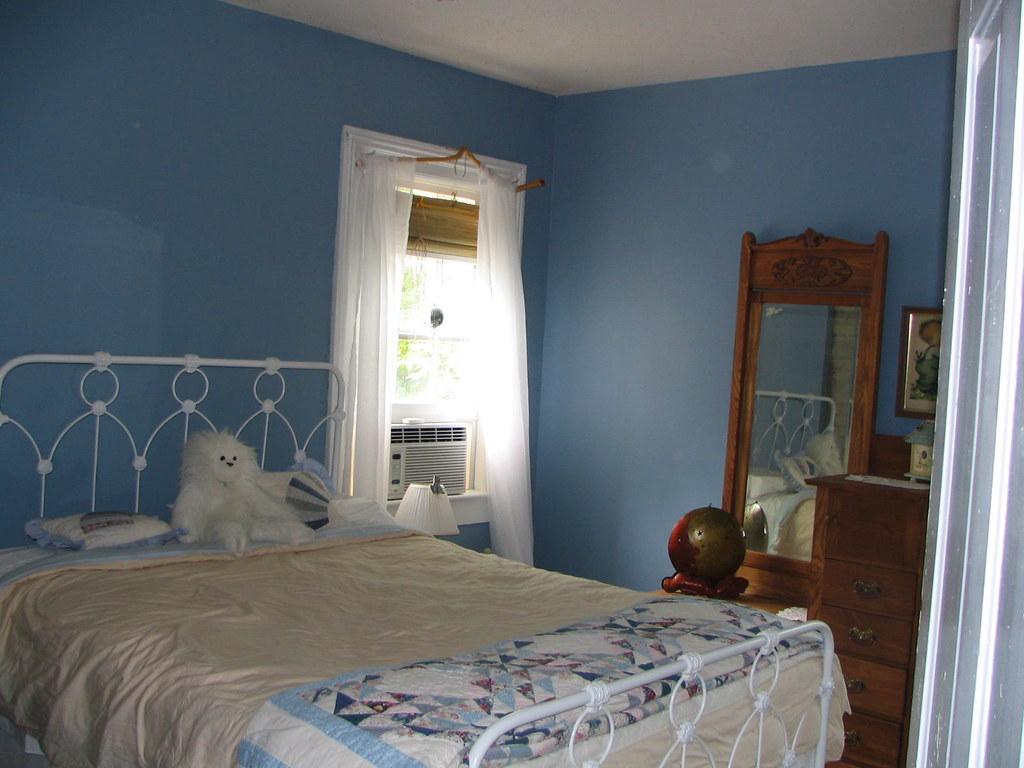 The Beach/Craft bedroom