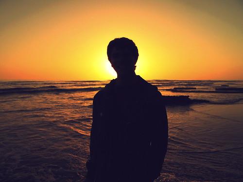 [フリー画像] 人物, 人と風景, 夕日・夕焼け・日没, 海, シルエット, 201005161700