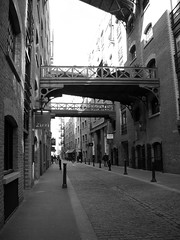 Butlers Wharf Alleyway (vargo22) Tags: street england london alley butlers black38white