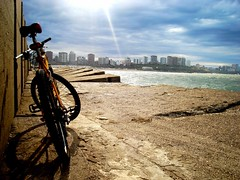 Five Minutes (pearmax) Tags: argentina bike bicycle relax mountainbike bicicleta cycle mtb bici meditation mardelplata zenith mdq escollera dscs600 yellowbicycles pearmax escolleranorte agosto2007
