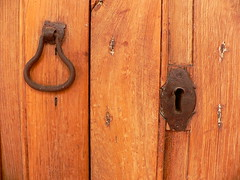 Herrajes  / Door stuff (Marianne Perdomo) Tags: door old handle puerta iron antique antigua keyhole forged cerradura tirador hierro herrajes forja forjado bocallaves safe200