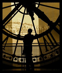 Looking at Paris (rabataller) Tags: shadow bw woman paris france clock sepia contraluz nikon bravo searchthebest sombra mujeres francia soe musem magicdonkey outstandingshots abigfave artlibre aplusphoto ultimateshot superbmasterpiece goldenphotographer diamondclassphotographer rabataller excellentphotographerawards