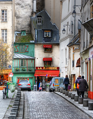 An odd-looking friterie in Paris (David Giral | davidgiralphoto.com) Tags: street houses david paris france green wet buildings nikon pavement le d200 rue coloured verte pauvre oddlooking giral 75005 saintjulien friterie nikond200 18200mmf3556gvr galande copyrightdgiral davidgiral