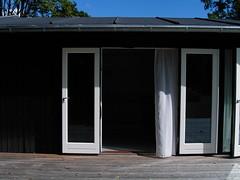 KICX5453.JPG (drz image) Tags: blackandwhite doors terrace terrasse summerhouse sort woodhouse longhouse sommerhus nowindows dre trhus sortoghvid