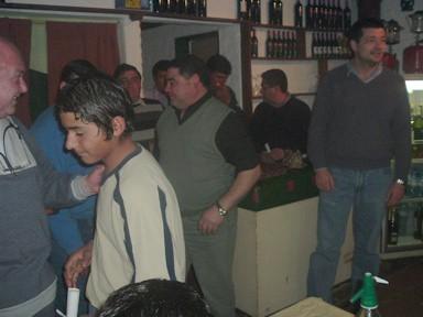 Gustavo López recibe su presente y diploma