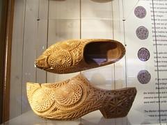 Zuecos tallados (ingnancyaleman) Tags: amsterdam marken