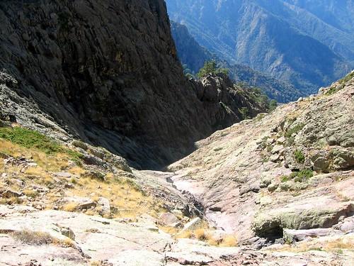 Dans les dalles de la traversée pour rejoindre le sommet du cirque terminal de Tana di l'Orsu
