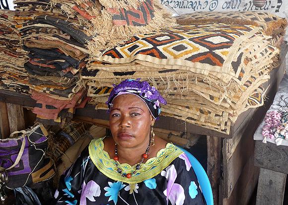 Une vendeuse de tapis Luba à Kinshasa