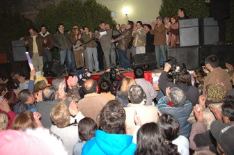 Sergio Cóser recibe el saludo de Mario Negri sobre el escenario
