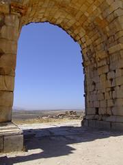 DSCF3707 (peregrinari) Tags: ruins perspectives bluesky unesco morocco vista triumphalarch archway volubilis meknes