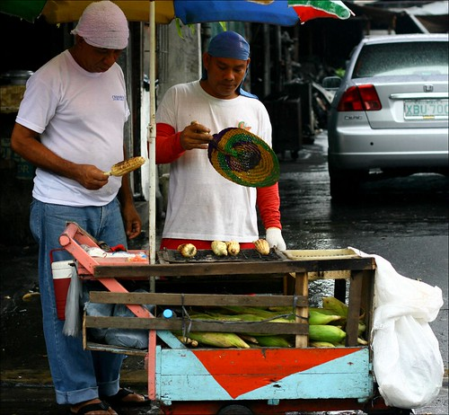 Quezon City, Manila corn city street vendor grilled ihaw mais Pinoy Filipino Pilipino Buhay  people pictures photos life Philippinen  菲律宾  菲律賓  필리핀(공화국) Philippines
