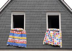 unsere Nachbarin Bianca lüftet die Bettdecken (Werner Schnell (1.stream)) Tags: 2 two house deutschland nikon fenster paar haus siegen zwei bunt fassade schlafzimmer ordnung sleepingroom quadrat ws siegerland nachbarschaft morgenstunde schiefer bettdecke nikond200 quadrate paarweise verschiefert