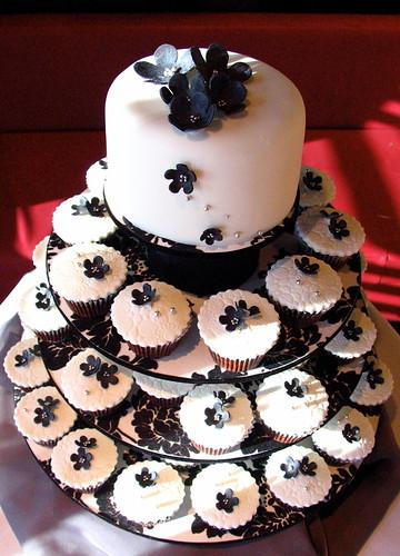 Black & White Wedding Cupcakes por kylie lambert (Le Cupcake).