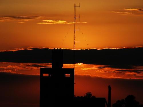 Atardecer Urbano -- argentina santa sunset santafe red atardecer orange miargentina yellow myargentina rojo naranja