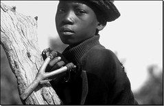Jeune chasseur du Mali (Mali young hunter) (Osvaldo_Zoom) Tags: africa portrait youth blackwhite bravo hunter mali perfectangle jalalspagesmasterpiecealbum jesterchallengewinner jeunechasseur duelwinner excellenceacheivementaward