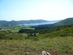 La fin de la piste de Pascianu : arrivée en vue de la baie et plage de Chiuni