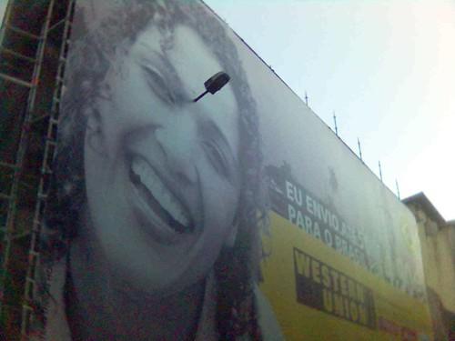 Outdoor no Porto, rapariga com um candeeiro de iluminação pública espetado na testa