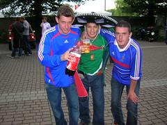 Arturo brindando con los franceses