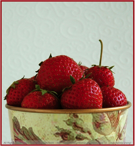 StrawberriesInFloweredPot02