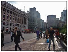 Correria (gutooo) Tags: city cidade brazil arquitetura brasil architecture saopaulo sopaulo sony centro papa metropolis paulo urbanism f828 so guto urbanismo itau anhangaba metrpole viadutodoch magalhes executivo shoppinglight cangi gutooo gutomagalhes gutocangi
