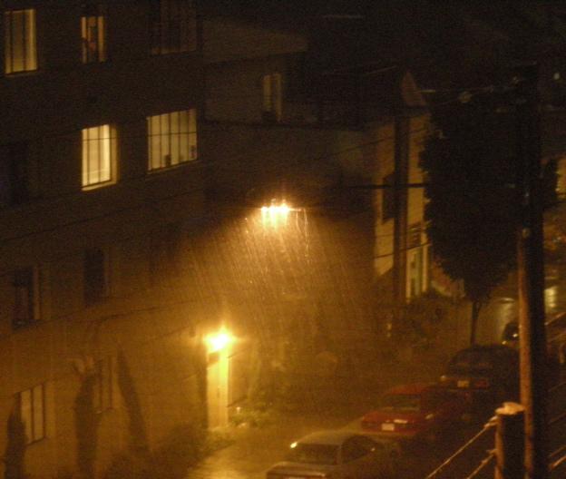 100407_rain_streetlight