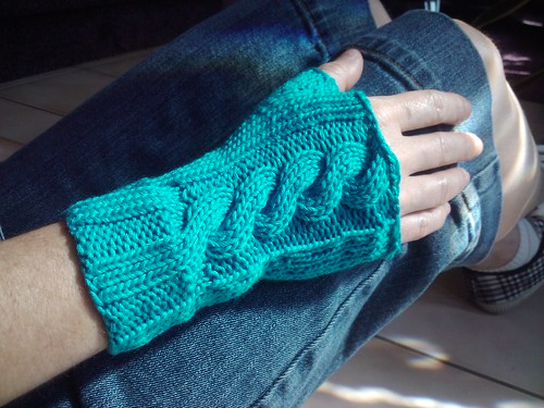 Cabled fingerless mitt free pattern