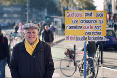 what sense can have a growth improving lives of rich people and destroying the planet?? (Julien Ratel ( Jll Jnsson )) Tags: julienratel blueju bluejumisterclic julienratelphotography 40d grenoble canon demonstration yellow jaune pancarte placard charpe bret syndicaliste retraits retired st