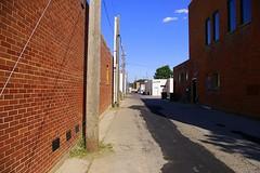 Anglų lietuvių žodynas. Žodis alley reiškia n 1) siauras skersgatvis; 2) takas lietuviškai.