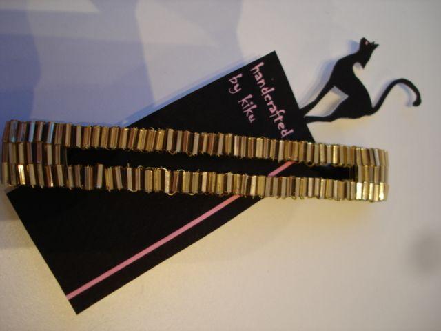 Kuldsete pulgakujuliste helmestega kaunistatud pannal
