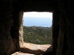 Le phare de Senetosa à travers une meurtrière de la tour