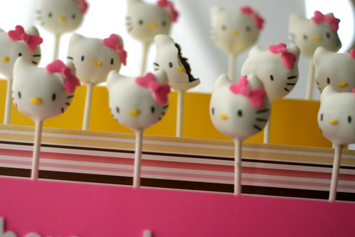 hello kitty cake pop bite