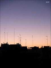 Amanece (manolotoledo) Tags: houses skyline backlight digital contraluz dawn perfil olympus amanecer antena casas zuiko daybreak aerials amanece antenas e500 zd olympuse500 1445mm odelot manolotoledo