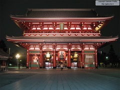 "Senso-ji 浅草寺 portal in Asakusa <a style=""margin-left:10px; font-size:0.8em;"" href=""http://www.flickr.com/photos/24828582@N00/1313421094/"" target=""_blank"">@flickr</a>"