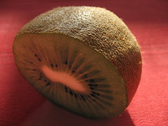 (r e t o r i) Tags: red green fruit fruta kiwi cscara spero
