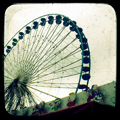Donald's family (Kat...) Tags: fair ferriswheel lille funfair granderoue argoflex fteforaine ttv argus75 throughtheviewfinder flickrsbest foireauxmanges