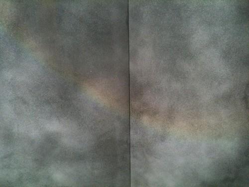もやもやした背景に虹の光(東京ミッドタウン)