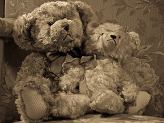 Colegas / Friends (madriguera) Tags: madrid espaa sepia toys spain bravo teddybear sillon muecos peluche madriguera osito interestingness132 i500 outstandingshots abigfave outstandingshot anawesomeshot superbmasterpiece goldenphotographer theothervillage superhearts winnerbc