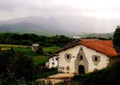 Valle de Larraun (caravinagre) Tags: mountains landscape arquitectura basque navarre arquitecture montañas navarra ruralhouse nafarroa echarri caserío etxarri mendiak baserri caserón rurallandscape larraun casadepueblo