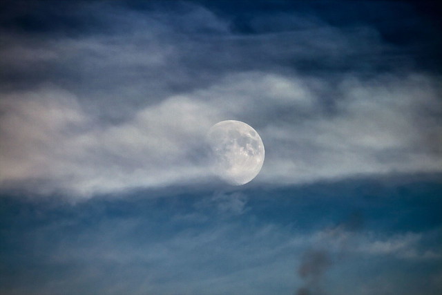 Luna e scie - Moon and contrails