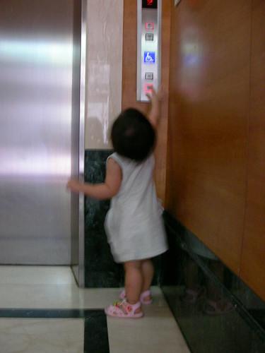 回家會自己按電梯